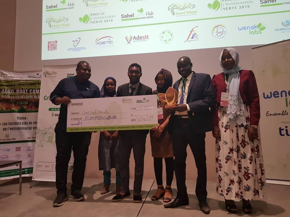 l'équipe du projet riripisiculture recevant le 2ème prix